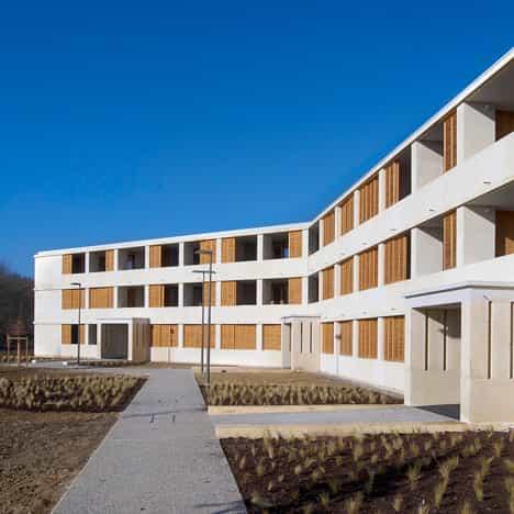 exposición de Nueva Edad de Piedra: La vivienda social con sólidos muros de piedra por Perraudin Arquitectura