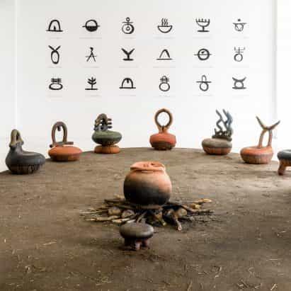 Andile Dyalvane recurre al patrimonio de Xhosa para la colección de asientos iThongo