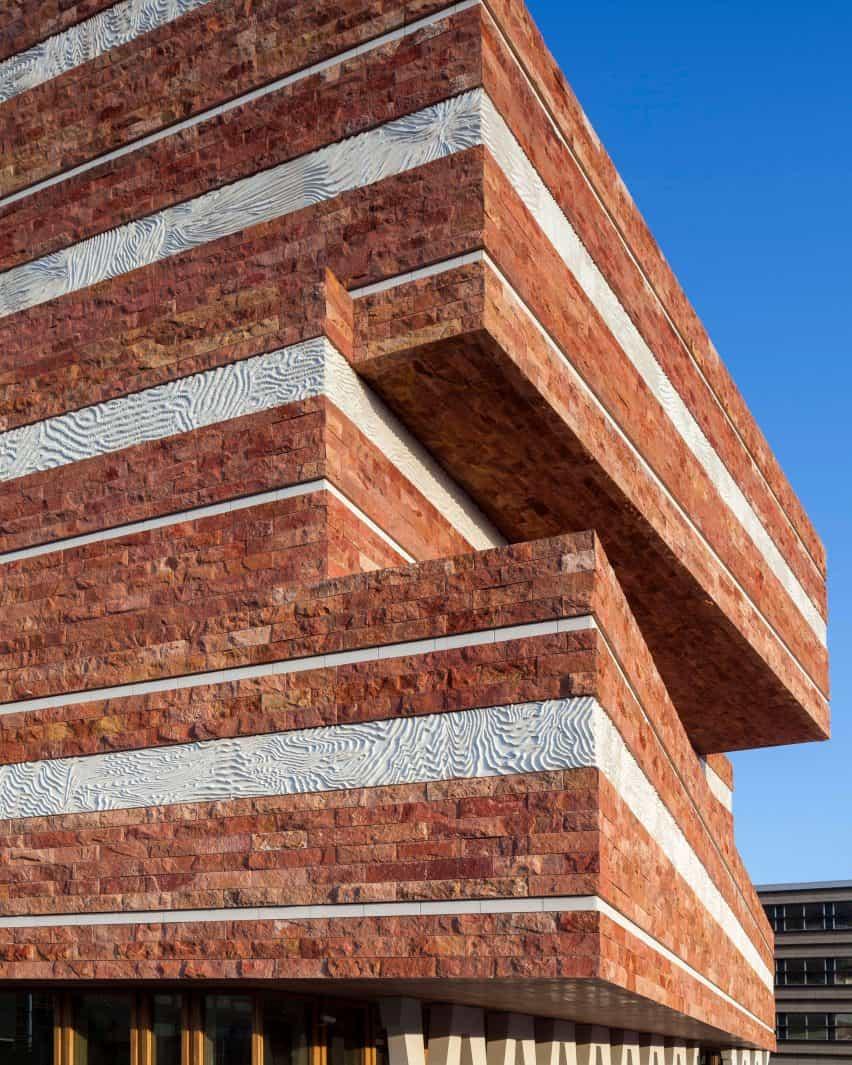 """conocimiento arquitectónico es """"muy útil para el desarrollo material"""" en la moda dice Iris van Herpen"""