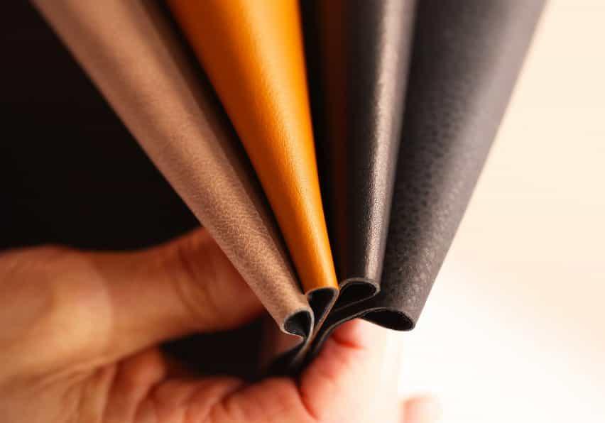 Muestras de manzana de diferentes colores de Beyond Leather