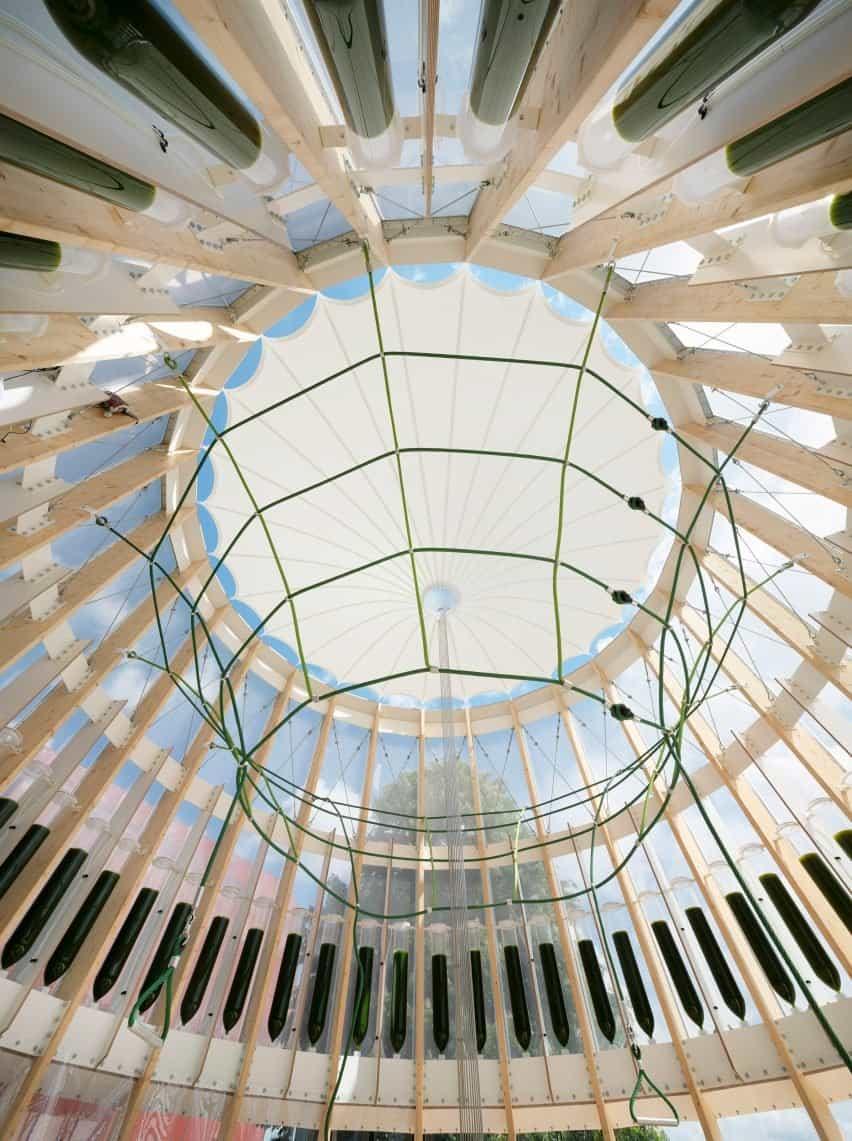 Membrana cónica del techo dentro del patio de recreo