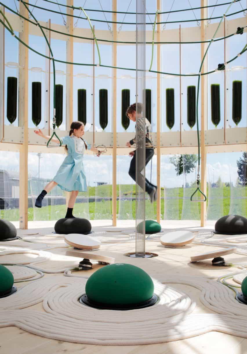 Los niños rebotan en las esferas dentro del parque infantil AirBubble