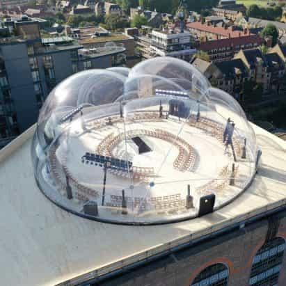 Smiljan Radić crea una burbuja transparente inflada para el show de Alexander McQueen