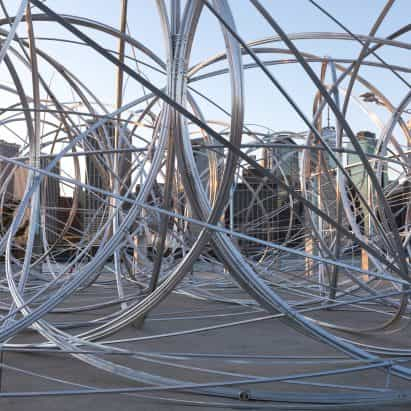 """Antony Gormley instala """"dibujo en el espacio"""" en Brooklyn muelle"""