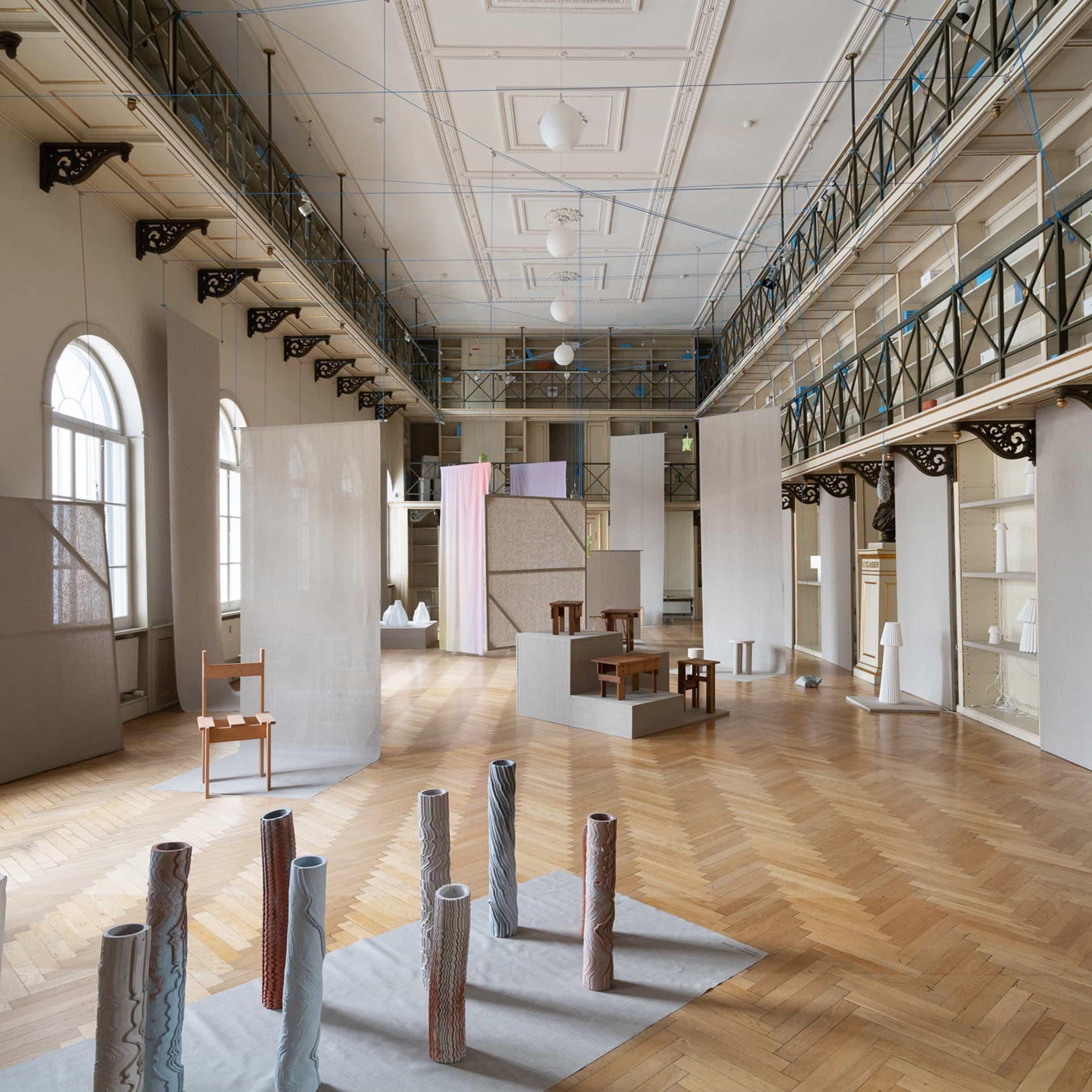 Sillas informadas por la Bauhaus y jarrones de cáñamo se presentan en la exposición Ukurant Perspectives