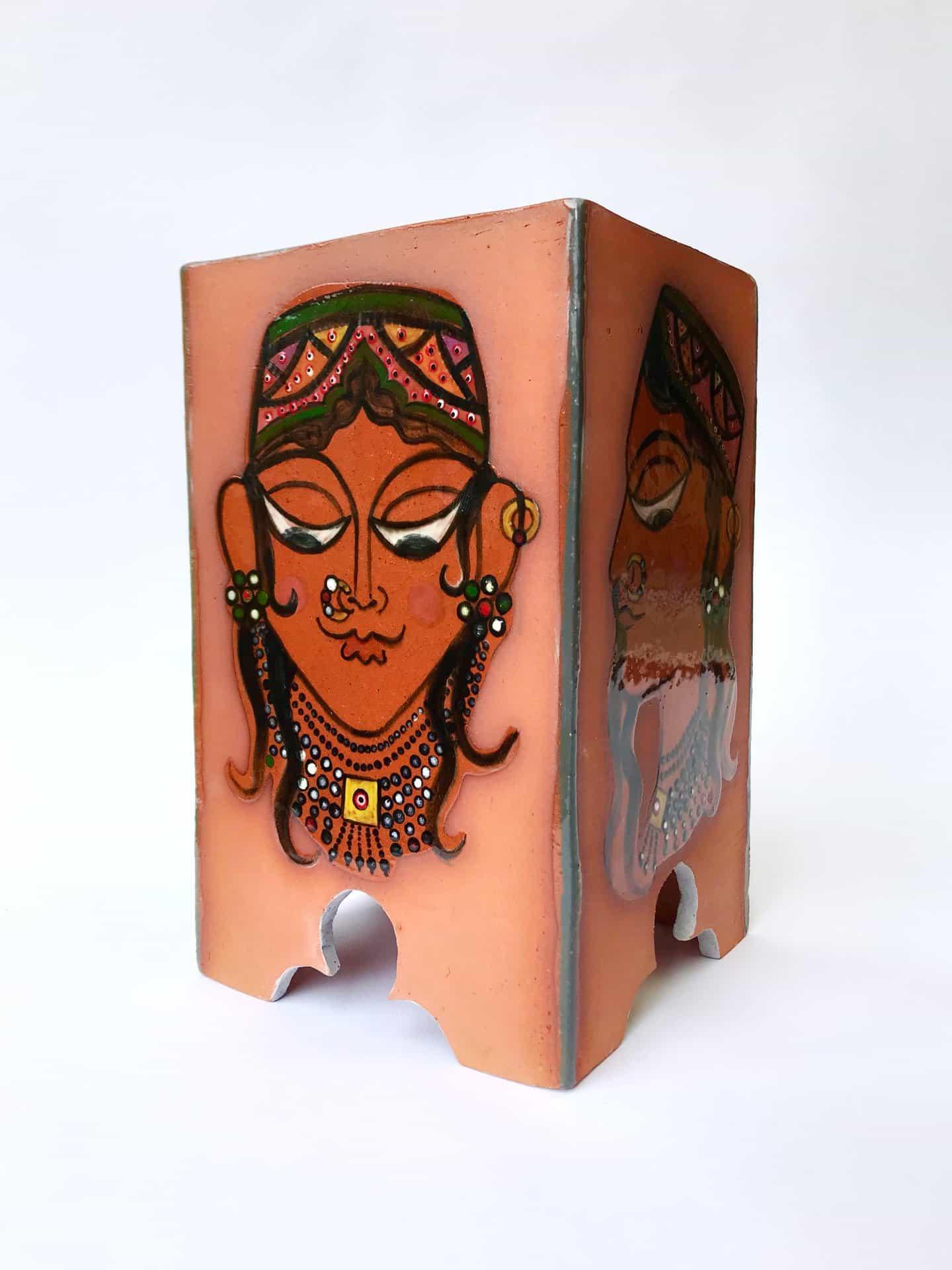 La artista de cerámica Nehal Aamir decora su trabajo con imágenes de camiones paquistaníes y arte islámico.
