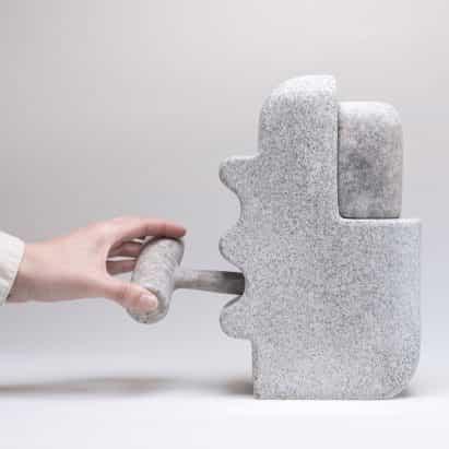 Matt Byrd esculpe colección Howard utilizando granito rescatado