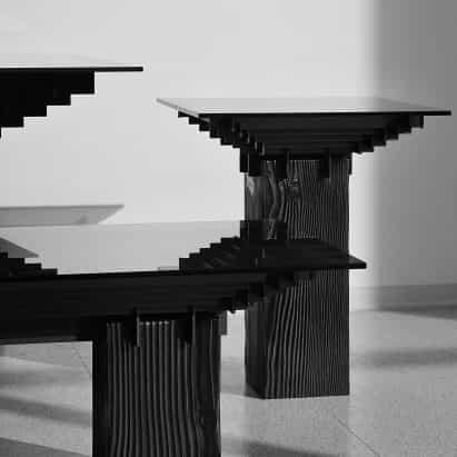 Marcos de acero en cuadrícula rebanada a través de bases de madera carbonizada para la serie de mesa Lin