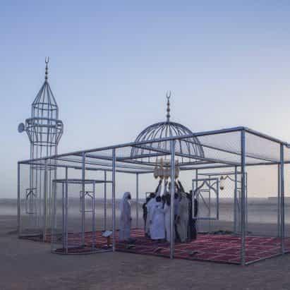 Ajlan Gharem explora la islamofobia y la transparencia con una mezquita en forma de jaula