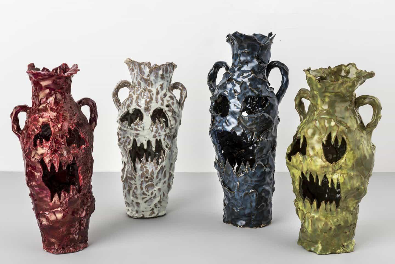 Faye Hadfield abraza imprevisibilidad en sus vasijas antropomórficas de personalidad llena