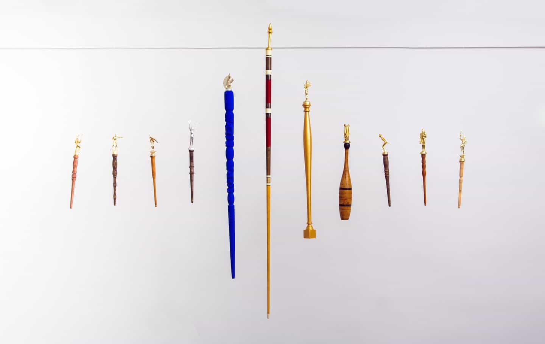 Brian Kenny: Spirit Sticks - Juego, 11 Spirit Sticks, 64 x 83 x 3 pulgadas (Copyright © Brian Kenny, 2021)