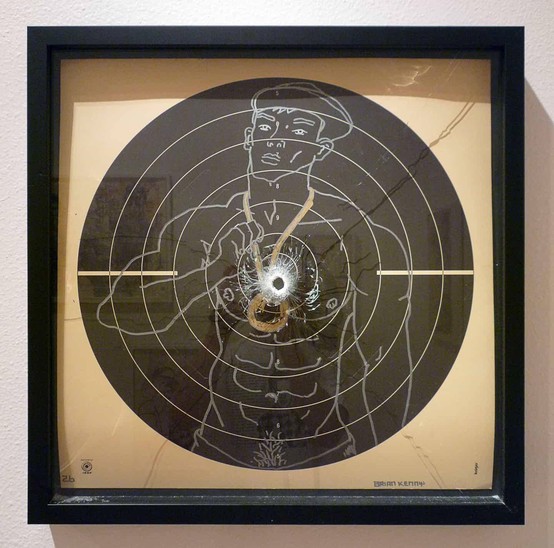 Brian Kenny: Boys Never Fail 4, firmado y fechado (con la edad) en el anverso, tinta sobre papel de tiro, marco de caja negra de museo con vidrio laminado. Disparo una vez con una bala de 9 mm (Copyright © Brian Kenny, 2008-2010)