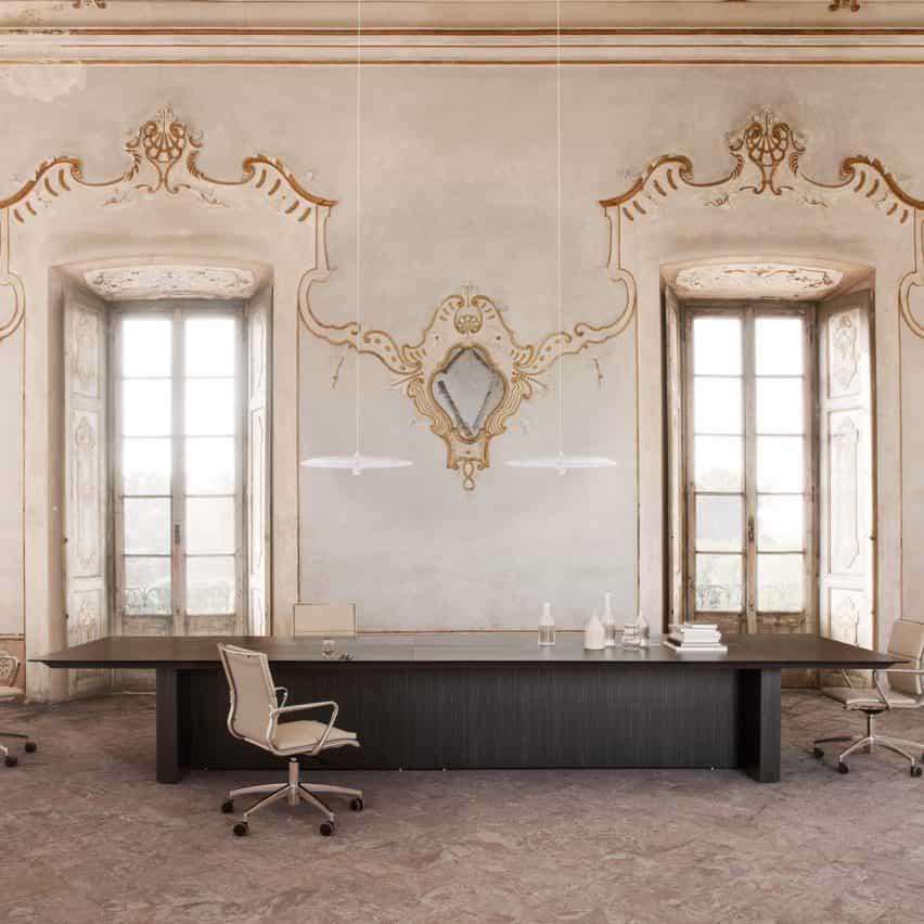 Una oficina con una mesa de conferencias oscura.