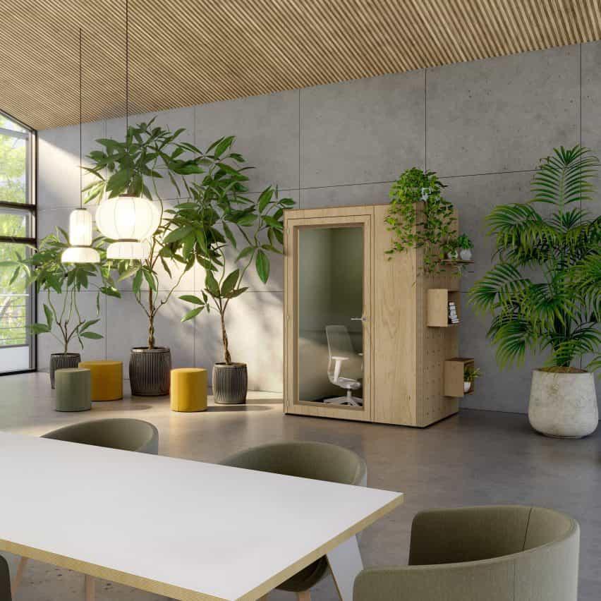 Una oficina con cabina privada.