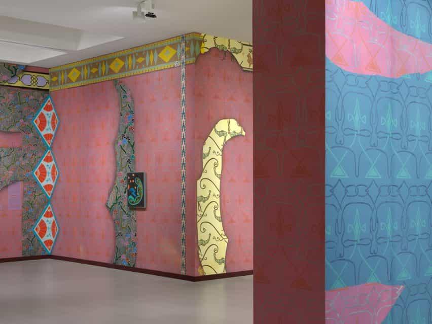 Papel tapiz rosa y azul en las paredes de la Fundación Vincent van Gogh Arles