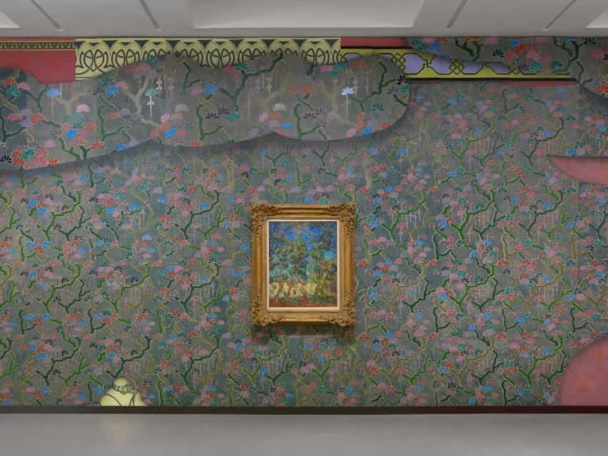 Una pintura de Vincent van Gogh colgada en una pared colorida