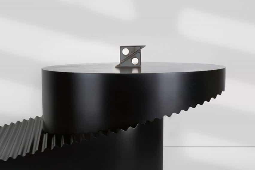 Erika Cross modela la mesa Step convertible después de las herramientas industriales