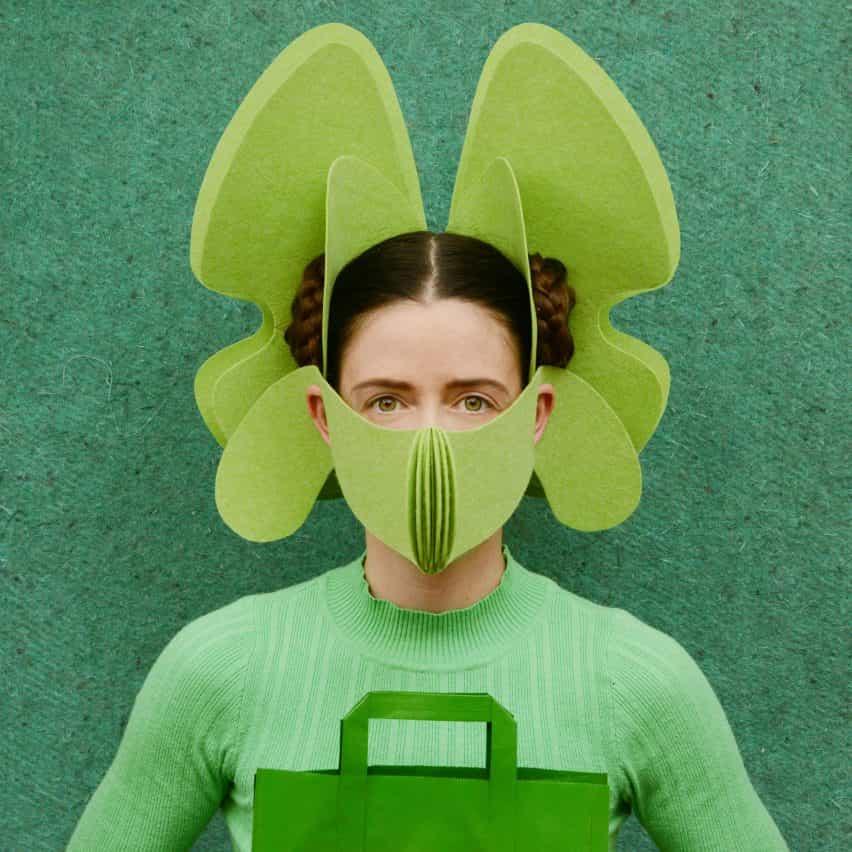 máscaras trabajadores clave de Freyja Sewell toman señales de motivos en la ciencia ficción y el budismo