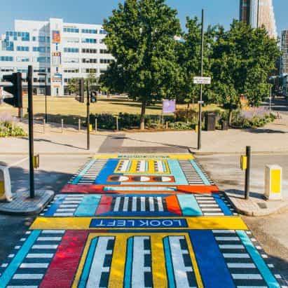 Camille Walala presenta la obra de arte callejera Les Jumeaux en el colorido estilo fabuloso de New London