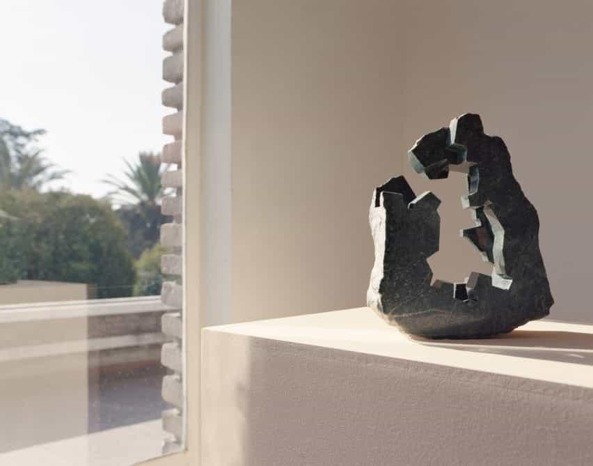 jade en tonos arthy y esculturas obsidianas de Jorge Yázpik