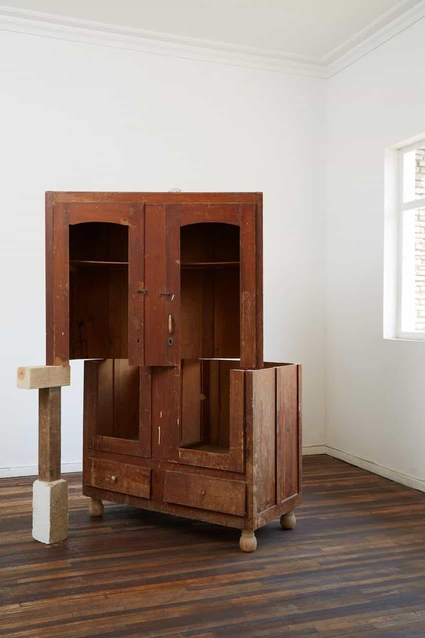 Un armario de madera fracturado