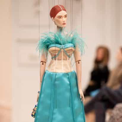 Jeremy Scott curates espectáculo de marionetas socialmente distante para la colección Primavera 2021 de la moda de Moschino