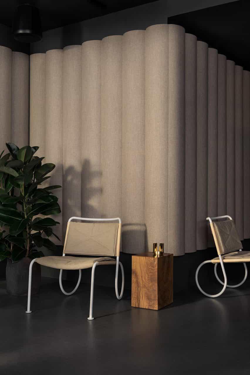 Silla fácil de Peter Andersson con un marco blanco y tapicería beige en un interior