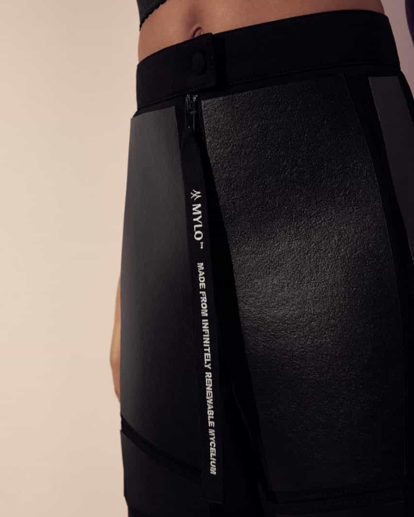 Primer plano del cuero Mylo en pantalones negros
