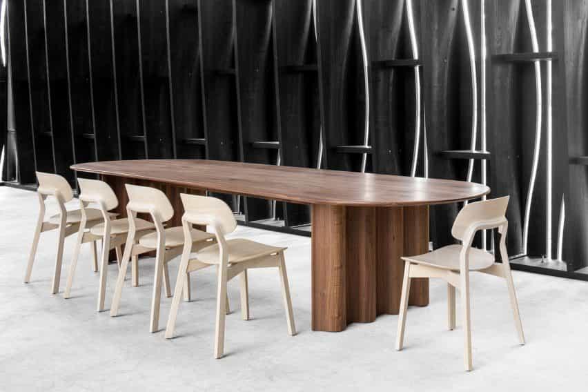 Läufer y Keichel mesa de diseño con patas en forma de cinta para Zeitraum