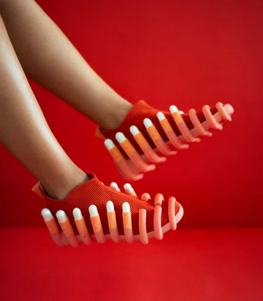 Netina zapatos de Netha Goldberg cuentan con archivos adjuntos a los tampones de retención