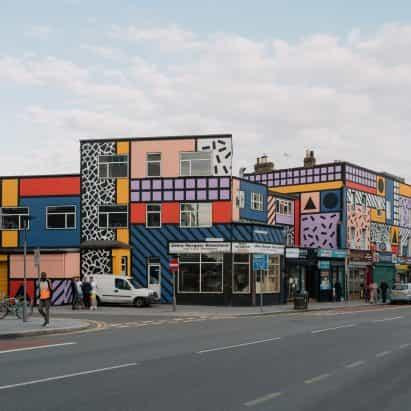 Camille Walala revive al este de la calle de Londres con obras de arte, financiado por la comunidad