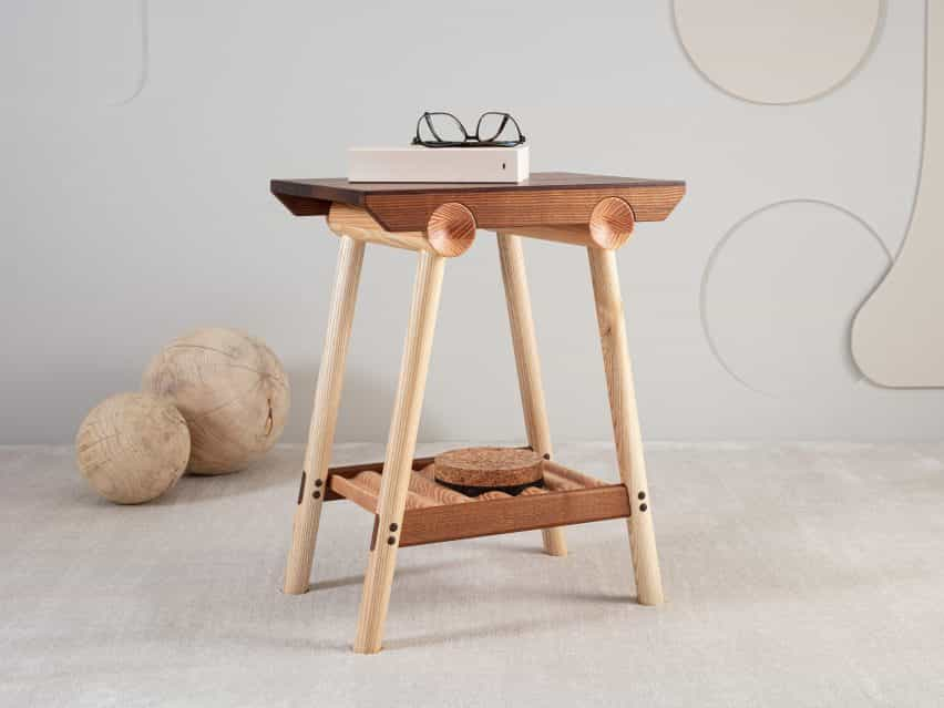La mesa auxiliar de la colección de Jan Hendzel estudio hizo uso de la madera dura británica