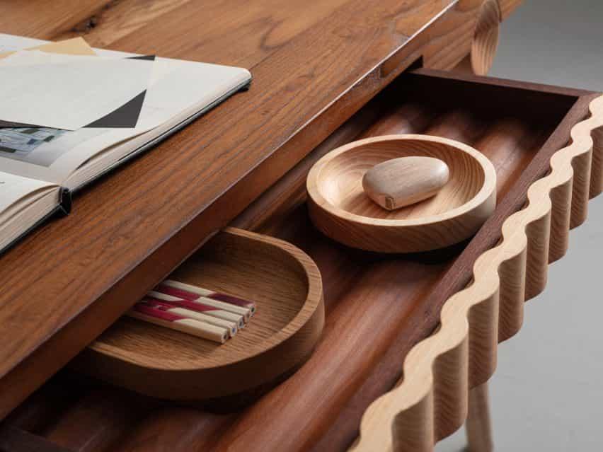 El escritorio y catchalls de la colección de Jan Hendzel Estudio realizan con madera británica