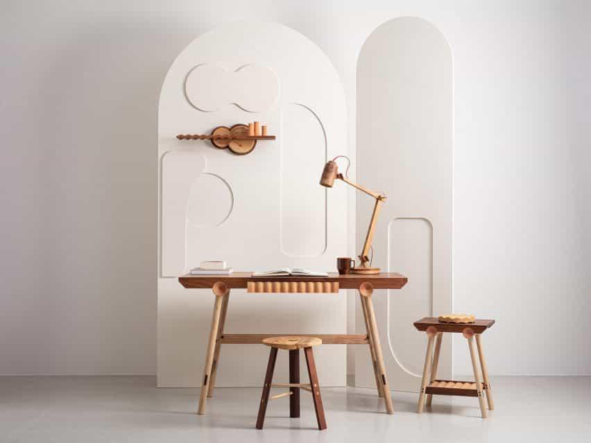 El escritorio, taburete, mesa auxiliar y la plataforma de la colección Jan Hendzel Estudio Bowater realizan con madera británica