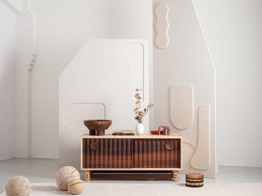 La unidad de medios de la colección de Jan Hendzel estudio hizo uso de la madera dura británica