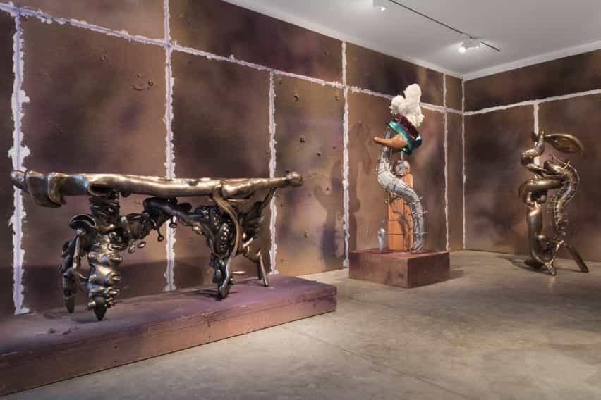 Cuerpos blandos, duros espacios por Misha Kahn en Friedman Benda