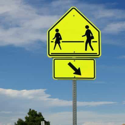 Dylan Coonrad reimagines señales de las calles públicas reflejar un coronavirus se enfrenta el mundo
