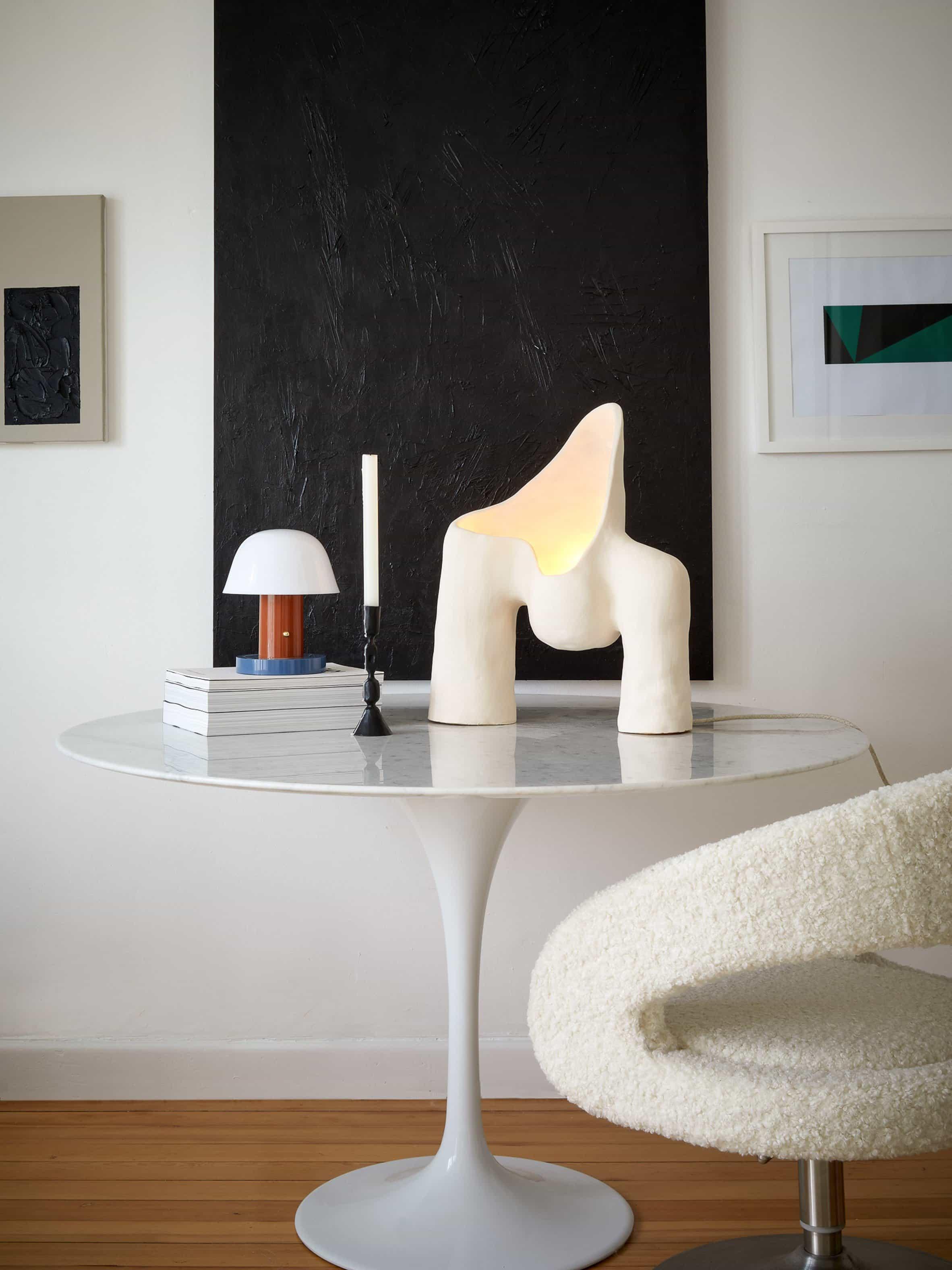 Una fotografía de la serie Womb Lamp por Jan Ernst