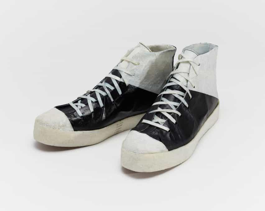 Zapatillas hechas de una alternativa de cuero cultivada por bacterias