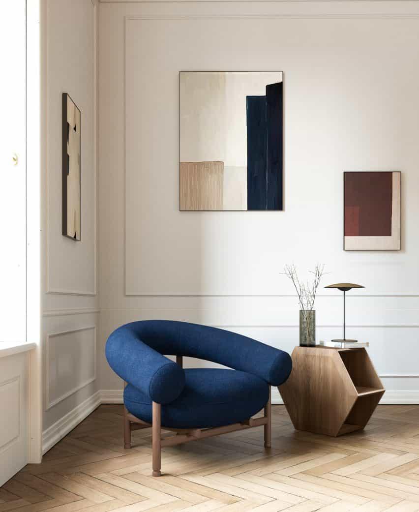 Silla tapizado azul en suelo de parquet de David Girelli
