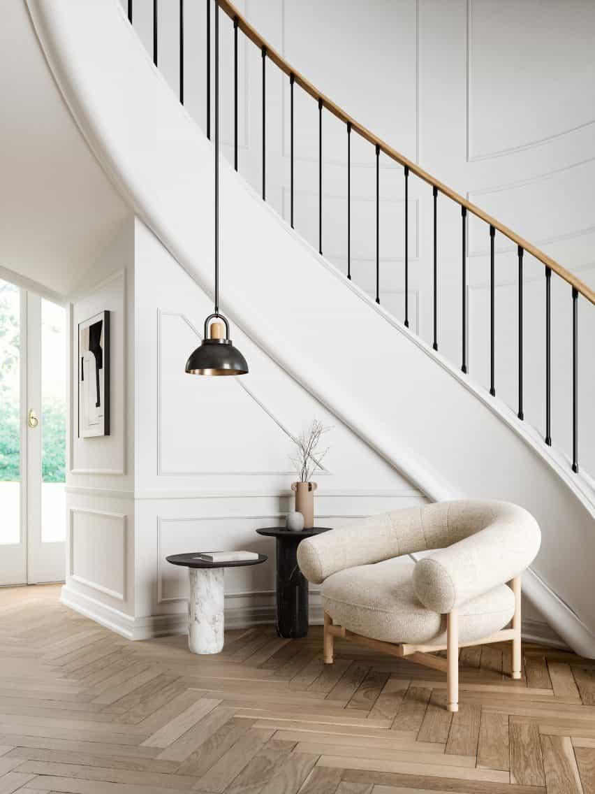 El sillón se sienta junto a una escalera