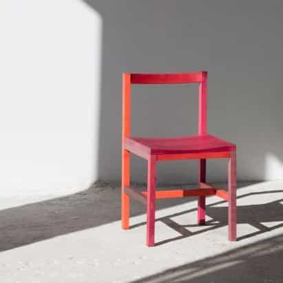 Moisés Hernández colorea sillas grana rosas calientes con insectos cochinilla triturados