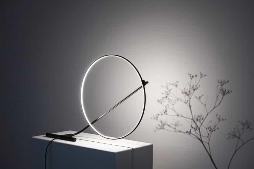 Una vista de Poise lámpara por Robert Dabi