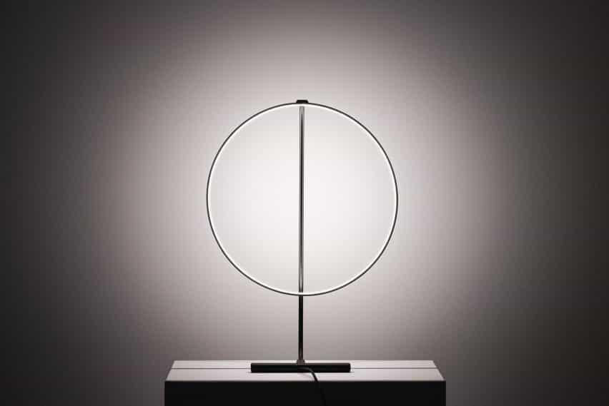 lámpara Poise por Robert Dabi puede girar 320 grados