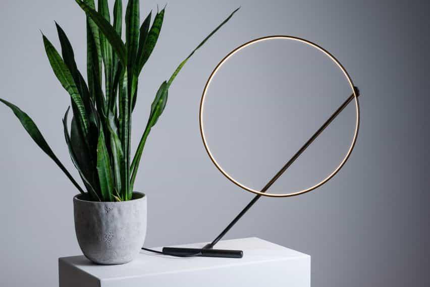 lámpara Poise se puede ajustar a mano