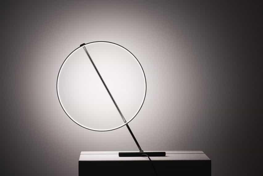 Rotación de luz de la lámpara Poise por Robert Dabi