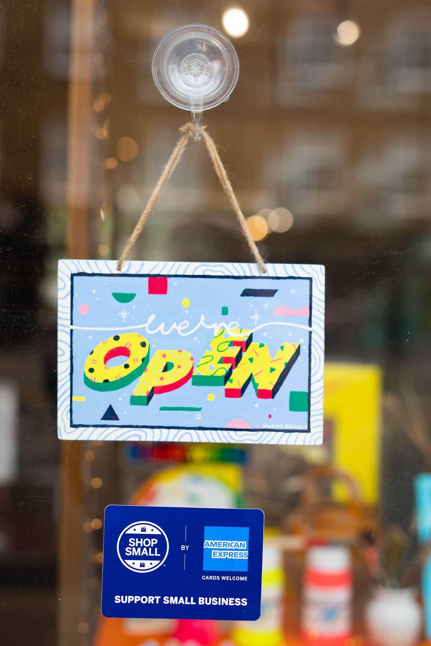 Rose Blake y Yukai Du entre los artistas que crean señales abiertas para las pequeñas empresas