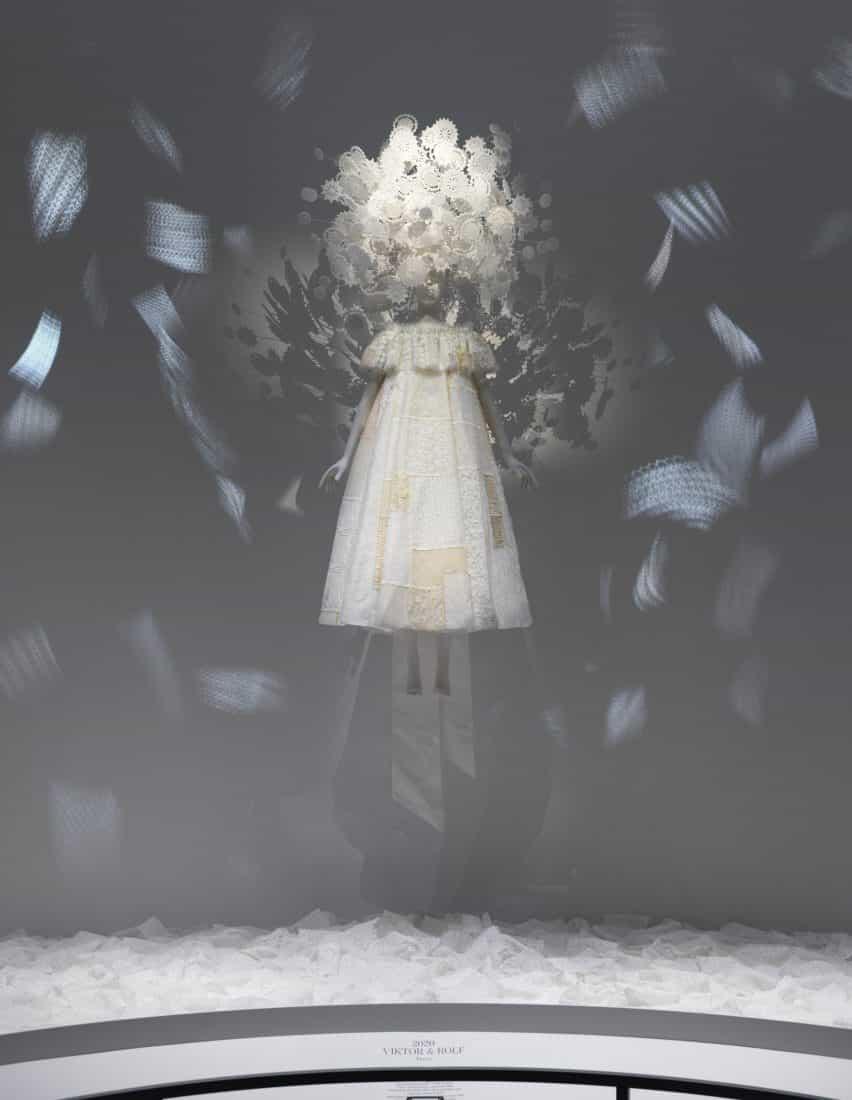 Primavera / verano 2020 Haute Couture by Viktor + Rolf en la exposición del tiempo en el MET