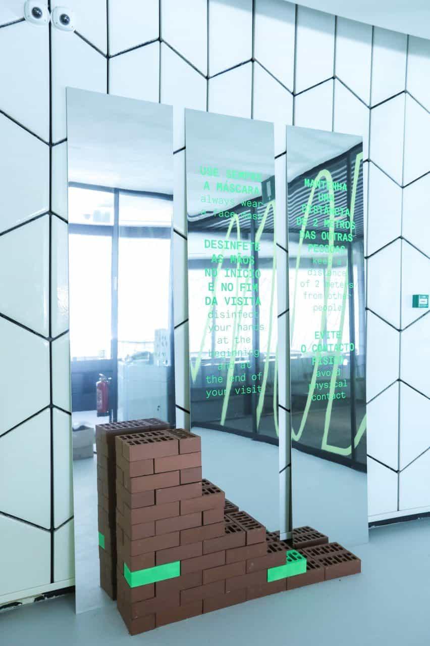 Social distanciamiento instalación en MAAT por Sam Barrow