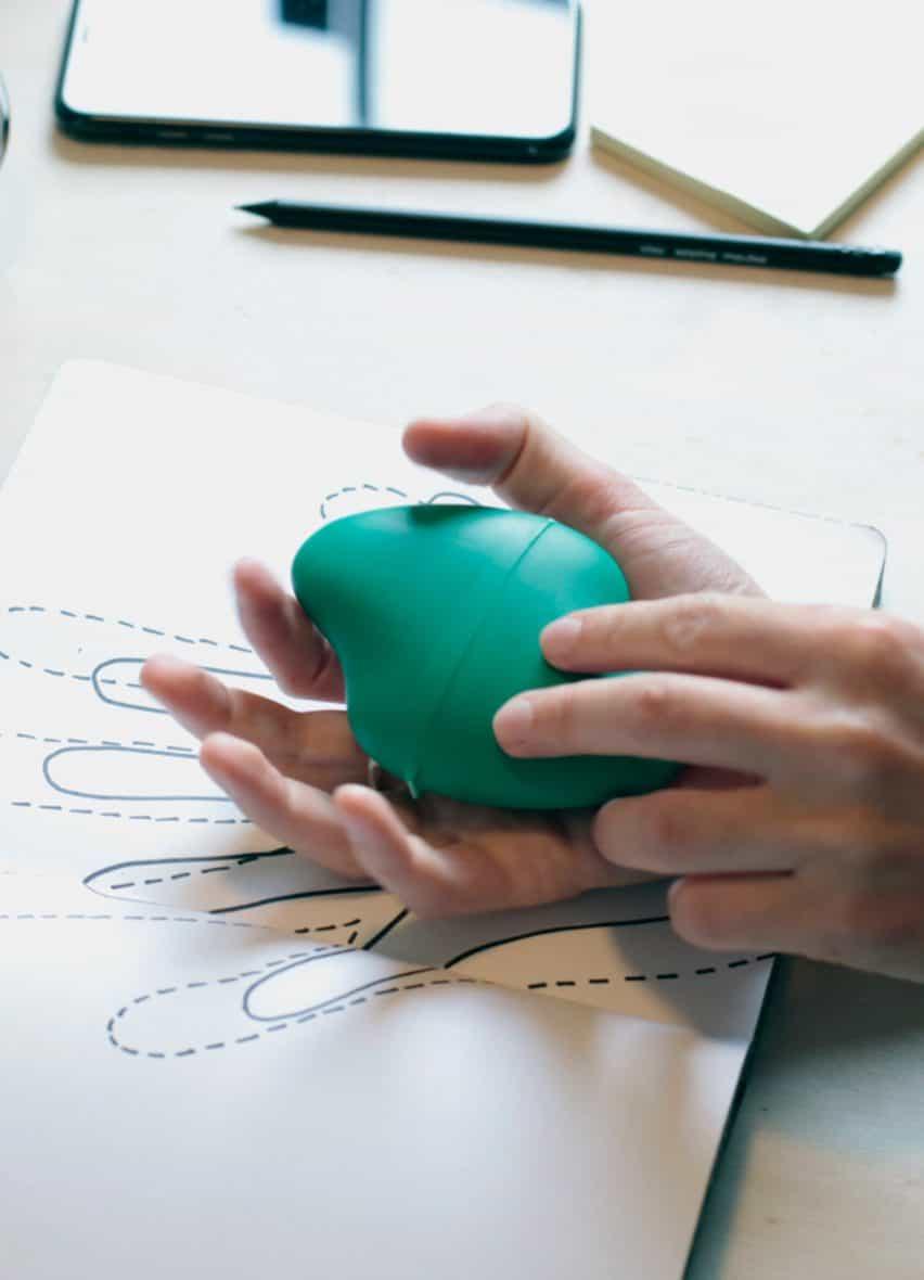 El kit Ventizolve por ANTI cabe fácilmente en la mano de un adulto